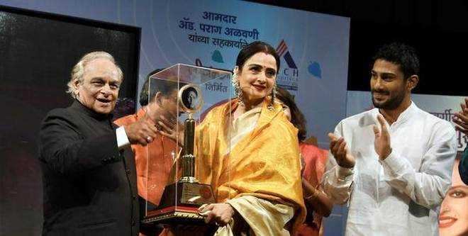 Actrees Rekha Receives First Smita Patil Memorial Award