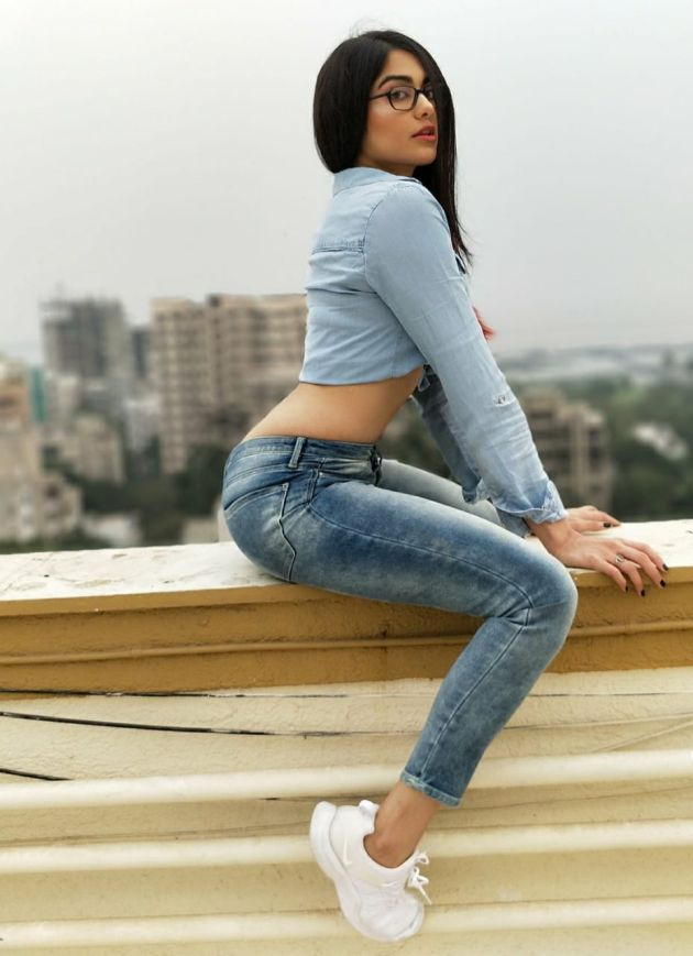 adah sharma flaunts hot curves in jeans southcolors 3